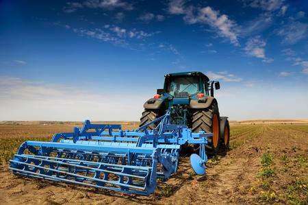 maquinaria: TRACTOR - EQUIPO DE AGRICULTURA MODERNA Foto de archivo