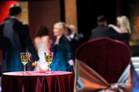 Soirée romantique au restaurant avec du vin blanc et la lampe - Happy New Year