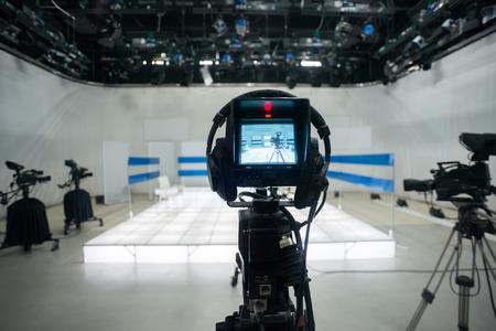 Estudio de televisión con cámara y las luces Foto de archivo