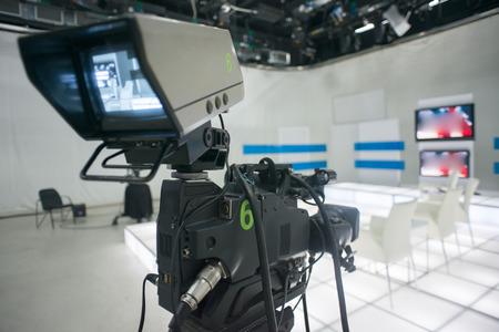 estudio de grabacion: Estudio de televisi�n con c�mara y las luces Foto de archivo
