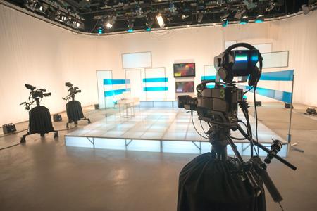 テレビ スタジオのカメラとライト付け 写真素材