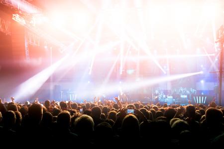 ロック コンサートで群集のシルエット