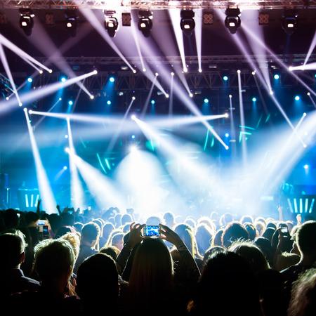 concerto rock: Siluetas de la muchedumbre en un concierto de rock Foto de archivo
