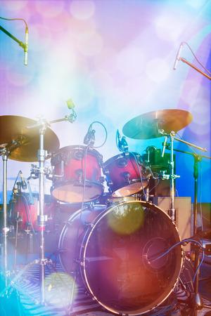 tambor: Conjunto de tambores en el escenario Foto de archivo