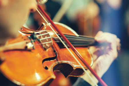 violines: Orquesta Sinfónica de la etapa, las manos que tocan el violín Foto de archivo
