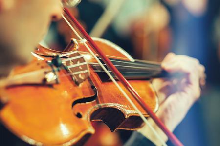 Symfonie orkest op het podium, de handen spelen viool Stockfoto