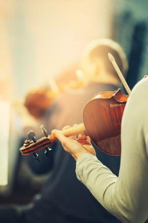 instrumentos musicales: Orquesta Sinfónica de la etapa, las manos que tocan el violín Foto de archivo