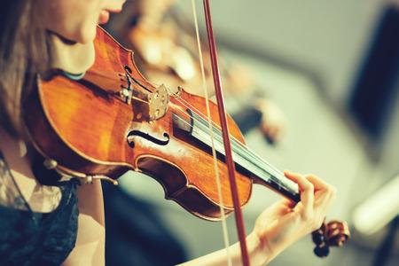 orquesta: Orquesta Sinfónica de la etapa, las manos que tocan el violín Foto de archivo