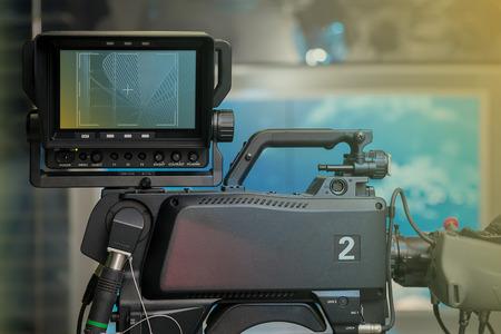 NOTICIAS estudio de televisión con cámara y las luces. Poca profundidad de campo - se centran en la cámara. Foto de archivo - 47399864