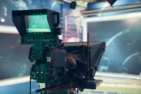 Studio de télévision avec la caméra et les lumières - enregistrement TV NOUVELLES. Faible profondeur de champ - l'accent sur la caméra.