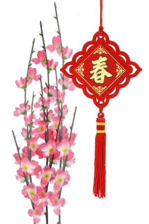 flores chinas: Adornos tradicionales de año nuevo chino y flor de ciruelo sobre fondo blanco