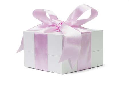 lazo rosa: Caja de regalo con cinta de gran arco rosa sobre fondo blanco