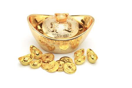 lingotto: Capodanno cinese monete d'oro e lingotti ornamento su bianco