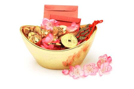 lingotto: Cinesi ornamenti nuovo anno, pacchetti rossi, lingotti e monete d'oro su sfondo bianco