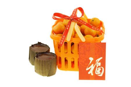 arroz chino: Cesta de regalo de mandarina y pasteles de arroz de año nuevo chino sobre fondo blanco