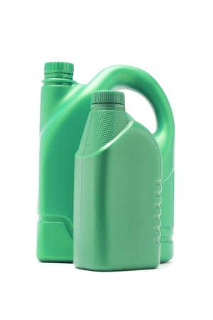 petrol can: Dos contenedores de aceite de motor pl�stico verde sobre fondo blanco