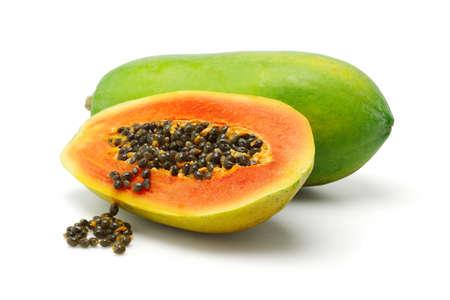 Halbe Scheibe und ganze Papaya tragen auf weißem Hintergrund Früchte