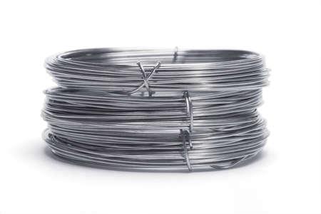 bobina: Pila de alambres galvanizados sobre fondo blanco