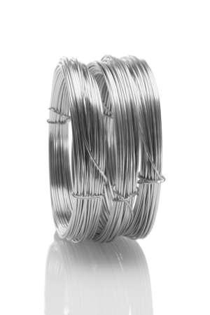 fil de fer: Bobines de fils galvanisés permanent sur fond blanc Banque d'images