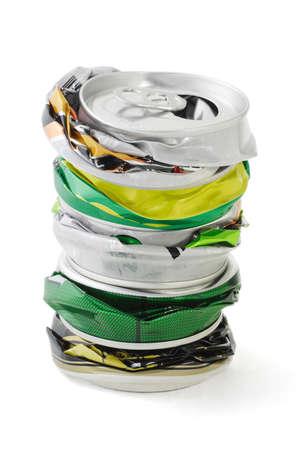 crushed aluminum cans: Pila de latas de aluminio triturado sobre fondo blanco