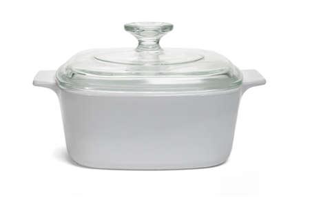utensilios de cocina: Olla cerrada con tapa de vidrio en el fondo blanco