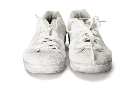 zapatos escolares: viejo desgastado zapatos de la escuela de lona en el fondo blanco