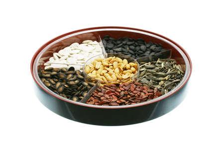Abteile: Chinese New Year Snacks - Verschiedene Samen und N�sse auf wei�em Hintergrund