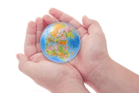 mundo manos: Manos del niño celebración rompecabezas globo sobre fondo blanco