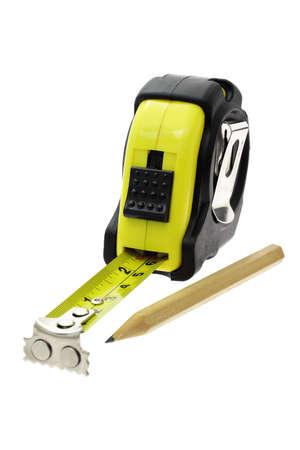 cintas metricas: L�piz de color amarillo cinta de medir y marcar sobre blanco