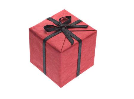 dar un regalo: Caja de regalo rojo con cinta de lazo negro sobre fondo blanco
