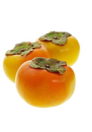 persimmon: Tres frutos de caqui en el fondo blanco