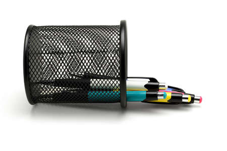 ball pens stationery: Multicolor bolígrafos se derramaron de un contenedor caído cesta negro