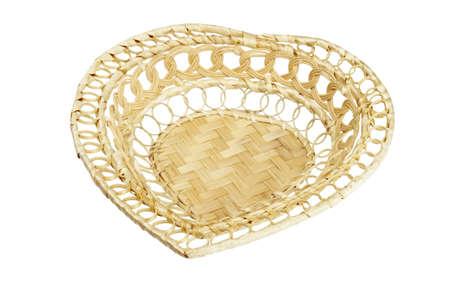 giftbasket: De mand van de gift van hart vorm op witte achtergrond
