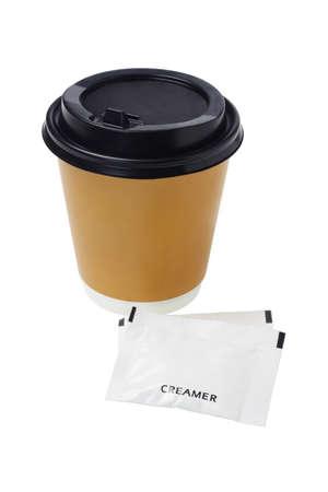 sachets: El caf� en vaso de papel y sobres de crema en el fondo blanco