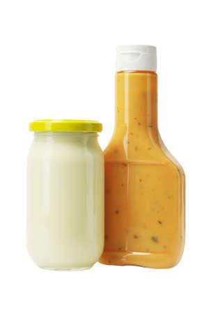 pansement: Mayonnaise et vinaigrette Mille-�les dans des bouteilles en verre sur fond blanc