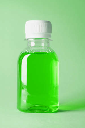 mouthwash: Botella pl�stica del enjuague bucal verde sobre fondo blanco