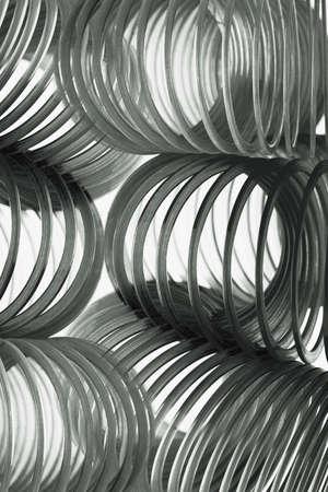 elasticidad: Slinkies negro sobre fondo blanco