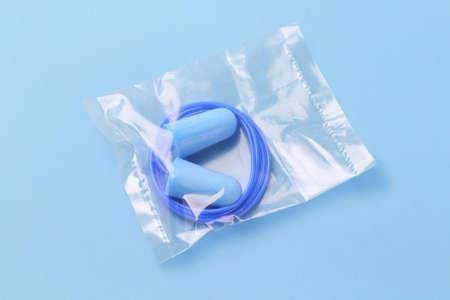 contaminacion acustica: Tapones de sellado bolsa de plástico en el fondo azul Foto de archivo