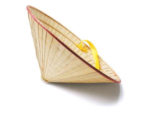 Chapeau de paille oriental sur fond blanc