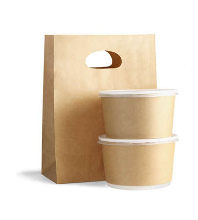 Bolsa de papel para llevar y contenedores sobre fondo blanco.