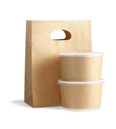 Sac en papier à emporter et conteneurs sur fond blanc