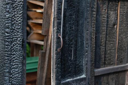 incendio casa: la quemadura puerta Foto de archivo