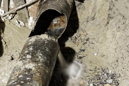 gietijzeren waterleiding gebroken, 400 mm diameter Stockfoto