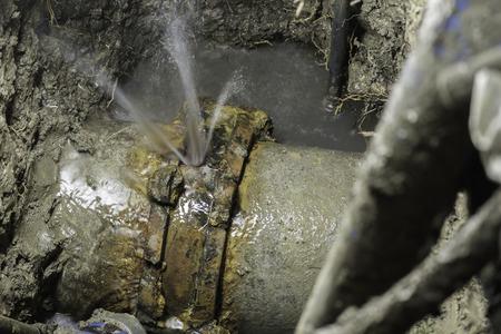 Paar van asbestcement waterleiding kapot