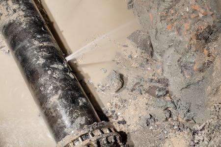 Nacht tijd van HDPE waterleiding lek door aternal kracht 450 mm diameter PN10 klasse meer dan 30 jaar Stockfoto