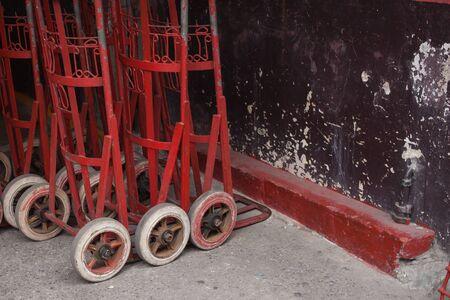 carretilla: carretilla roja Foto de archivo
