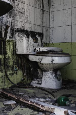 Schmutzige Alte Toilettenschüssel Und Die Badezimmer Sind Nicht Sehr ...