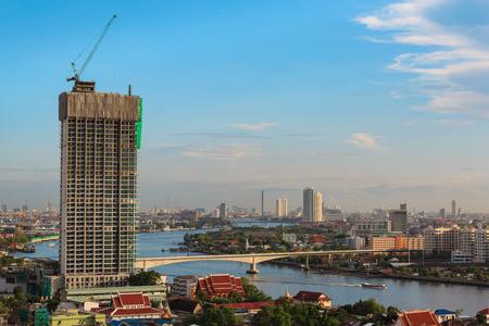 topografo: obras de construcción del edificio alto, Bangkok, Tailandia