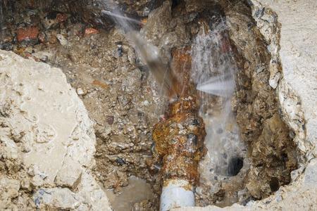 la tubería de agua galvanizada está en descomposición Foto de archivo
