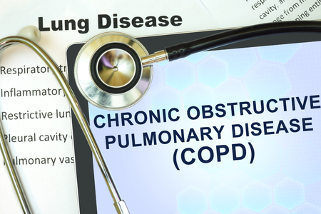 enfermos: Tablet con enfermedad palabra pulmonar obstructiva cr�nica (EPOC) y el estetoscopio. concepto de enfermedad pulmonar.